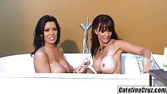 Bathtub buddies Catalina Cruz and Sienna West pussy munching