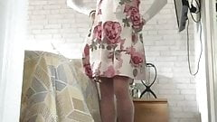Sexy crossdresser colocando salto alto