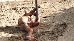 Legata in spiaggia