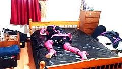 Sissy-Zimmermädchen fesselt sich selbst mit Bondage