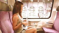 Очень молодая девушка светит в поезде