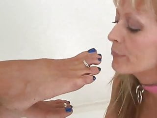 Toe fetish 2 ladies kissing licking sucking feet toes