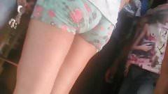 en short piernas blancas