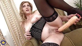 Mature mom feeding her pussy