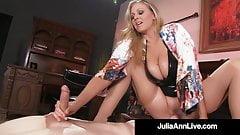 La súper ardiente mamá Julia Ann monta la cara del niño esclavo con un manguito húmedo