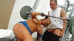 Nikki Sexx трахается в спортзале