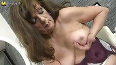 Seksowna babcia bawi się swoją starą cipką
