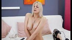 Сексуальная блондинка использует трах-машину