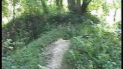 Geile Jungsau spritzt am Hochsitz im Wald ab