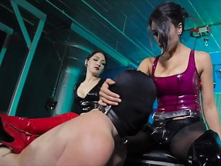 Distributeur latex - Fucked by 2 strapon mistresses