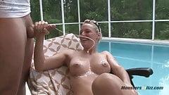 Rubia caliente chupa polla en la piscina