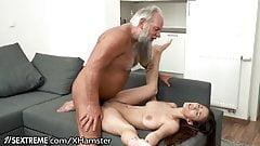 Дедушка встречает юного любовника в его полотенце ...