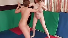 Mature and young lesbian sexfight