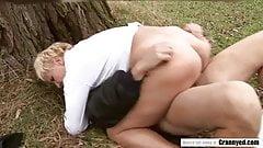 Muschi-Fick-Action im Freien mit einem traurigen Typen & einem älteren Schwanz