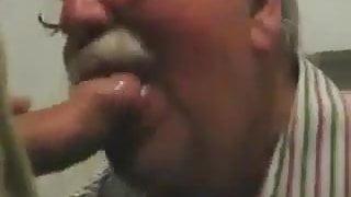 Beau papi moustachu suce une bite bien dure