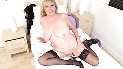 British gilf Alisha Rydes pleases her plump fanny