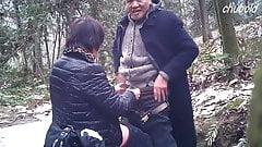 Une prostituée asiatique mature sans capote, papi