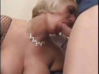 Belles femmes stripper Une femme mature lui offre sa belle poitrine