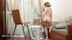 Anolia maluje i rozebra się nago na krześle