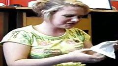 Teenager prende facciale sul pavimento più angolazioni