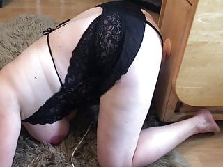 Dildo riding her knee Sexy bbw on her knees fucking a big dildo.
