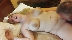 Vollbusige reife Ehefrau mag es, dass ihre Muschi von ihrem Ex ausgeleckt wird