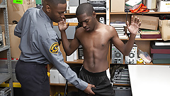 Youngperps - мускулистый черный охранник трахается