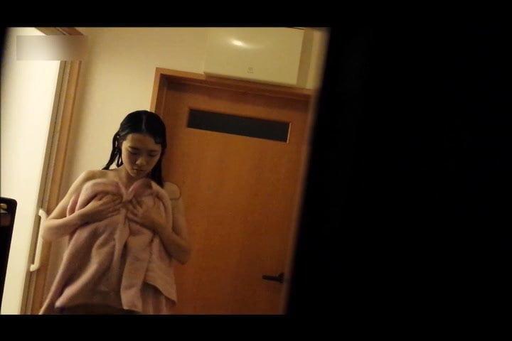 【隠撮動画】姉貴のスレンダー美乳ボディを覗き!脱衣所で盗撮された映像流出!