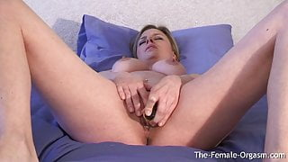 Curvy Babe Rubs Her Clit To Orgasm With Vibe In Wet Pussy