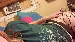 Sunshine Lovely live shaking her ass on bed..