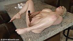 Reife Masturbation in der Küche