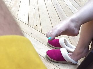 Adult piggy slippers - Cute feet out of slippers
