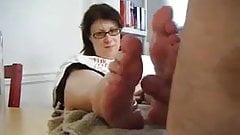 Mãe permite que o filho fode seus pés
