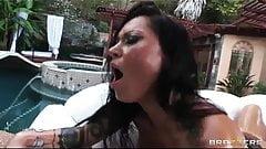 Шлюшке Nikita с большой попкой намазали маслом для глубокого анала
