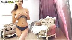 Une amatrice sexy a un orgasme étrange sur webcam, live show