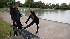 Тренер по спортзалу дает ей кримпай