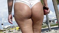 Супер сексуальная и мясистая латина на пляже, показывает большие задницы