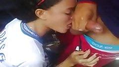 Novinha mamando na saida da escola