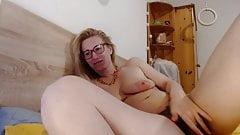 Blondynka z dużą owłosioną mokrą cipką