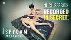 Spycam erwischte erotische asiatische Nuru-Massage auf Band