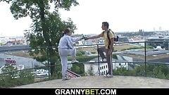年増の毛深いおばあちゃんが見知らぬ人のチンポに跨る