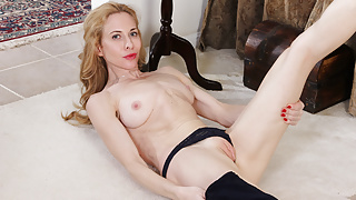 American milf Ciel teases you with her enticing body