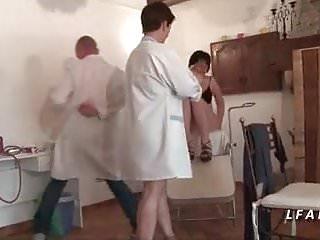 Bienvenue chez les rozes tits - Cette mature francaise se fait peter le cul chez le gyneco