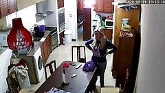 Caméra IP, une MILF argentine avec de faux seins change de vêtements