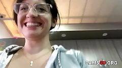 Morena adolescente com peitos enormes brincando na webcam