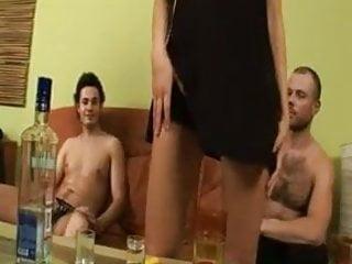 Natural tgp com - Eliany ficou bebada no sofazinho e meteu com os dois amigos
