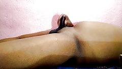 Indyjski chłopak spuszcza się w sposób ciągły wiele razy (8 razy z rzędu)