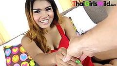 Une pute thaïlandaise adolescente trait chaque goutte de sperme de mes couilles