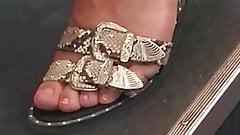 Sincero piernas y pies de lindo gordito rubio adolescente