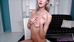 Chica muestra cuerpo flaco limpio
